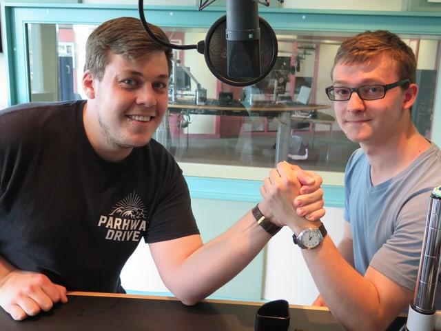 Zwei Jungpolitiker beim Armdrücken im Radiostudio