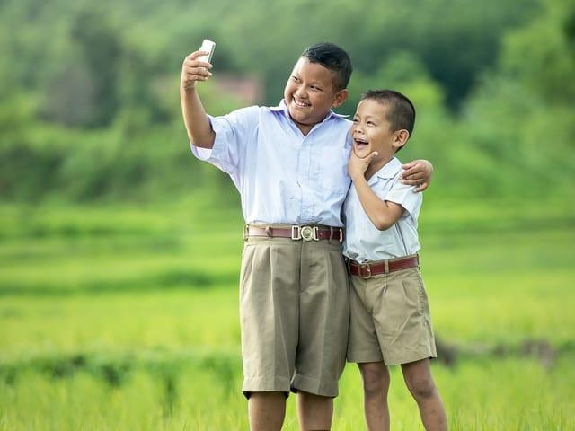 Zwei Jungen machen ein «Selfie».