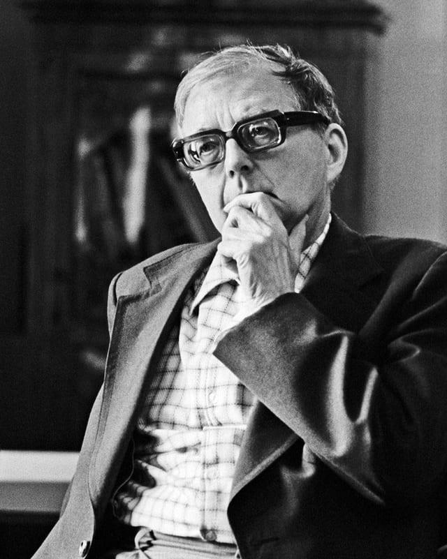 Schwarz-Weiss-Porträt eines Mannes mit Hornbrille.