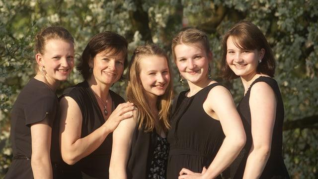 Gruppenbild mit einer Mutter und vier Töchtern.