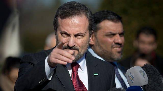 Safi zeigt mit dem Finger auf die Kamera.