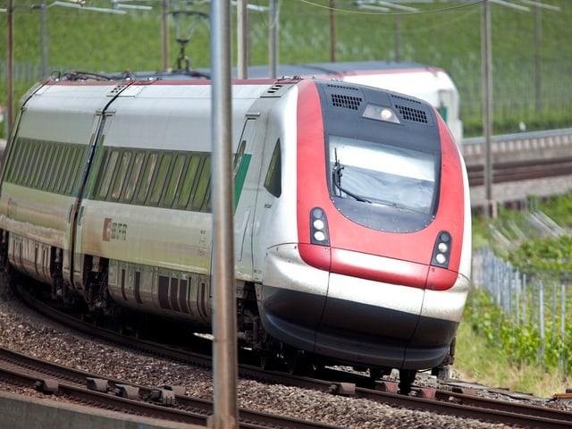 Ein ICN-Zug fährt durch eine Kurve