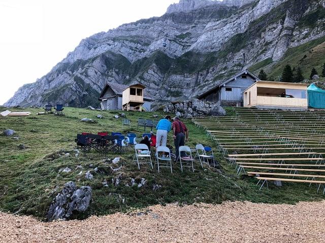 In der Schwingarena stehen am Donnerstagmorgen bereits einige Stühle, mit denen die Besucher ihre Plätze reservieren.