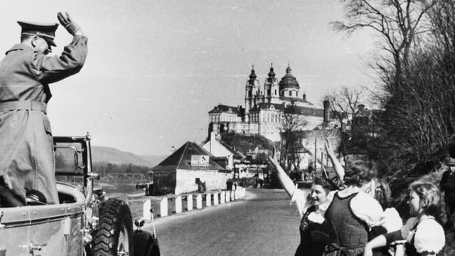 Junge Frauen grüssen Hitler