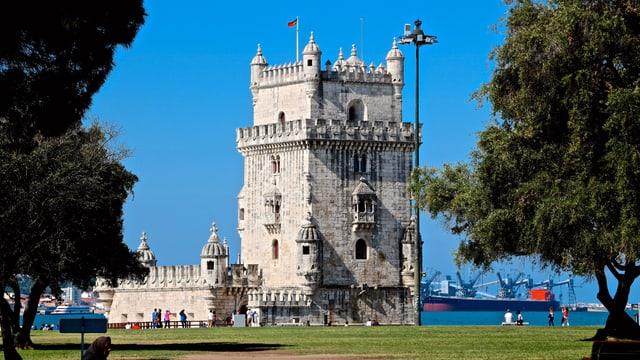 Torre de Belém vor einem wolkenlosen Himmel.