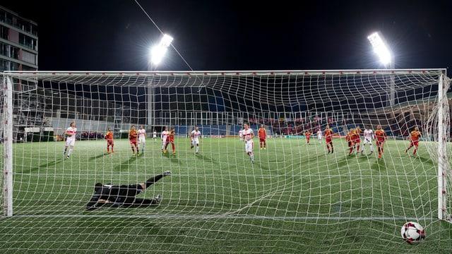 Fabian Schär tira il 1 a 0 via penalti.