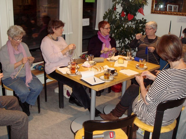 Frauengruppe beim stricken