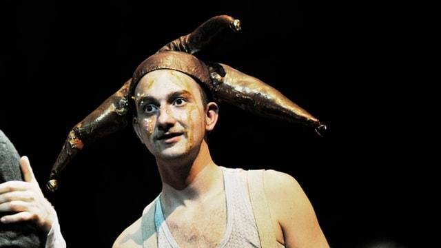 Schauspieler Hajo Tuschy mit Narrenmütze in «Peer Gynt»