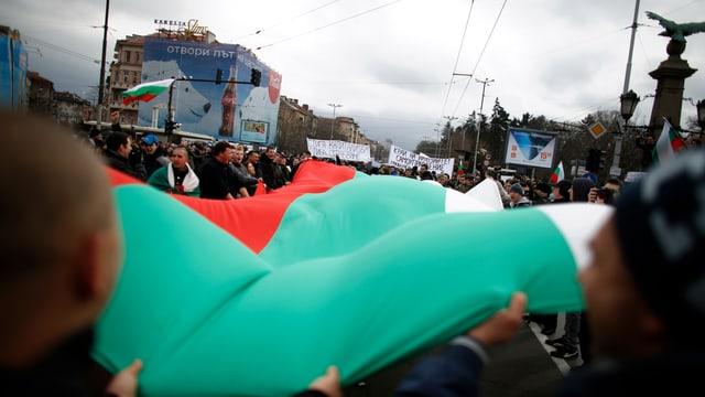 Personen halten eine bulgarische Fahne.