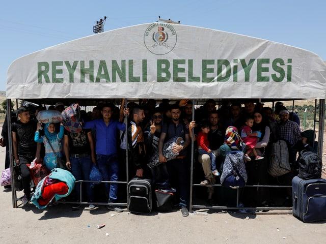 Syrische Flüchtlinge kehren zurück. Sie warten an der türkischen Grenze.