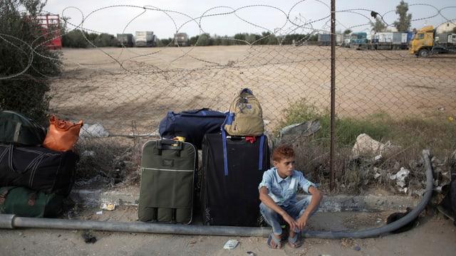 Menschen an der Grenze zwischen Äpypten und Gaza.