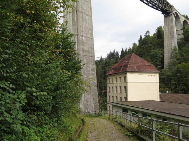 Ein Turm des Kraftwerks Kubel im St. Galler Sittertobel.