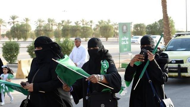 Saudische Frauen unterwegs ins Stadion.