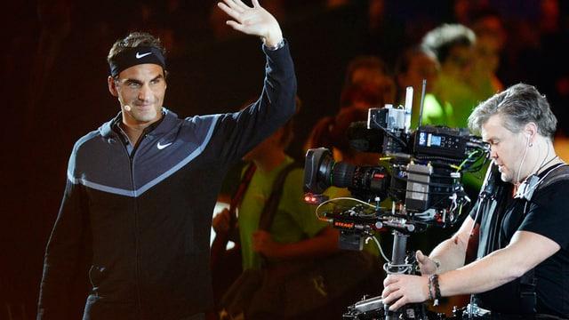 Roger Federer winkt ins Publikum