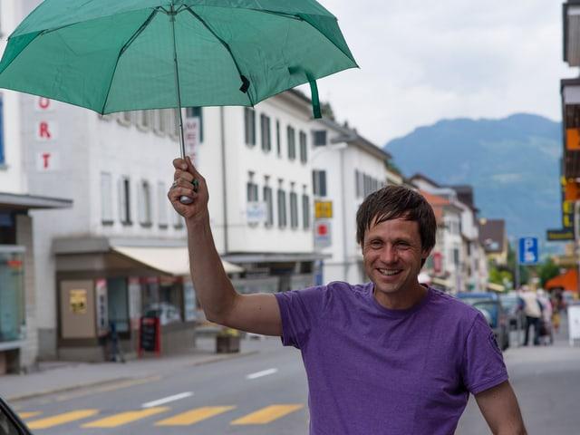 David nimmt seine Reiseführer-Pflichten ernst und greift zum Schirm.