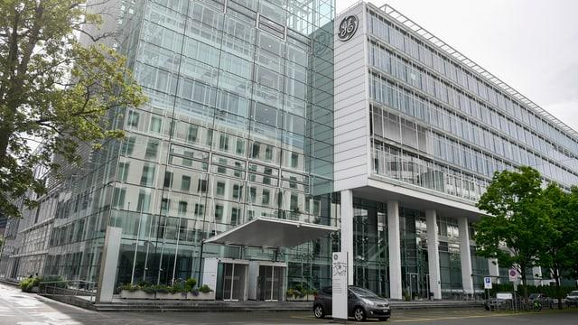 Grosses Bürogebäude mit Glasfassade in Baden