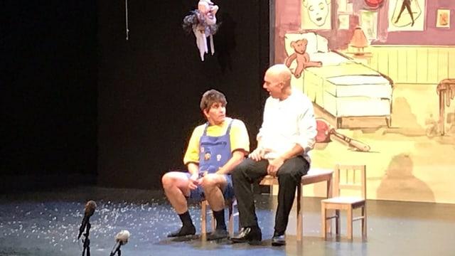 Almi und Salvi sitzen auf Bühne
