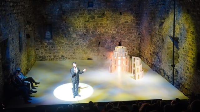 L'intendant da Origen Giovanni Netzer preschenta in model dal teater planisà.
