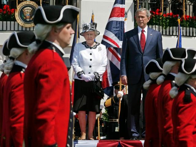 Queen Elizabeth und George W. Bush