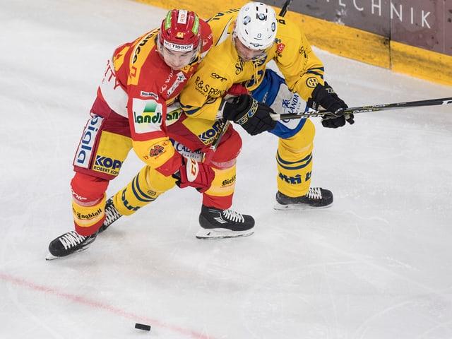 Zwei Hockeyspieler im Duell.