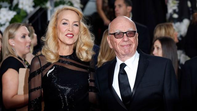 Jerry Hall und Rupert Murdoch posieren auf dem roten Teppich.