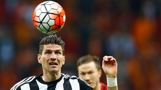 Mario Gomez visiert den Ball an.