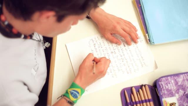 scolar che scriva