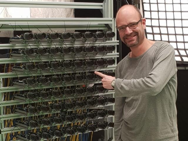 SRF Digital-Redaktor Reto Widmer vor dem Lichtfeld-Array.