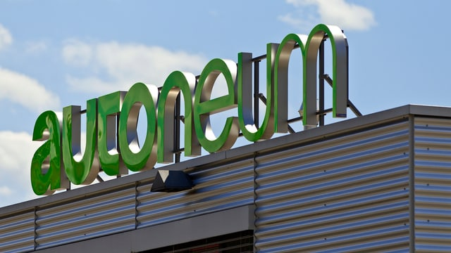 Autoneum-Logo auf einem Dach.