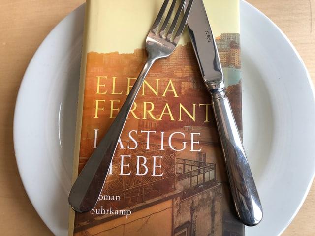 «Lästige Liebe» liegt auf einem Teller, Messer und Gabel darüber
