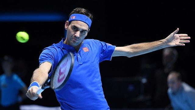 Roger Federer che gioga tennis.