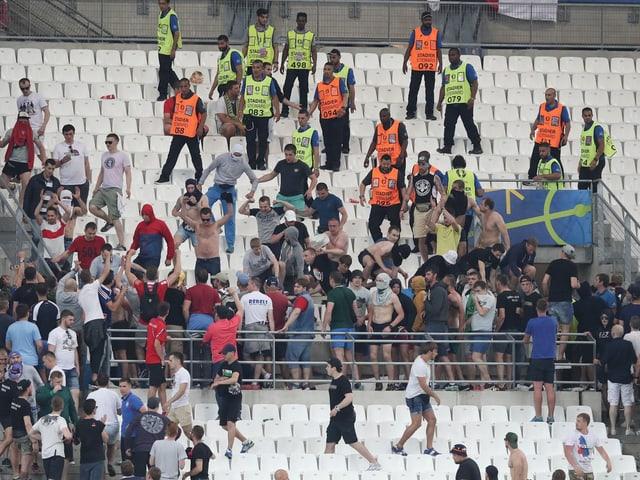 Blick auf die Tribüne: Vermummte russische Fans versammeln sich.