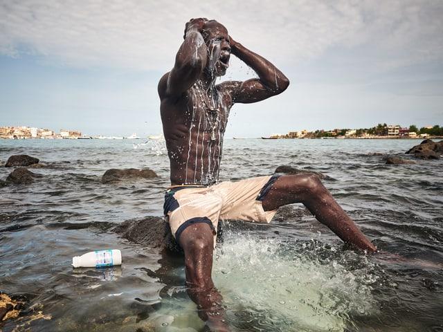 Ritual vor dem Kampf: Ein junger Wrestler übergiesst sich im Meer mit Milch.
