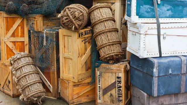 Ein Stapel antiker Koffer und Kisten.