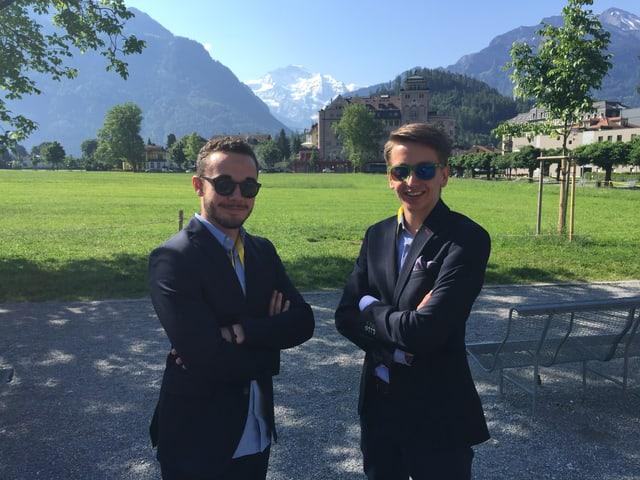 Zwei Jungs vor Jungfrau-Kulisse