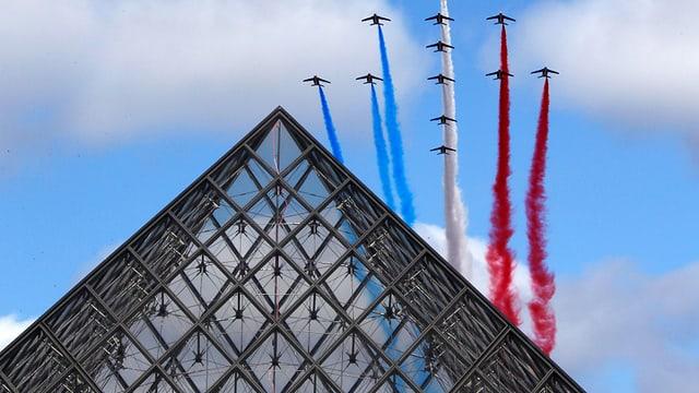 Eine FLugzeugparade am Louvre in Paris.