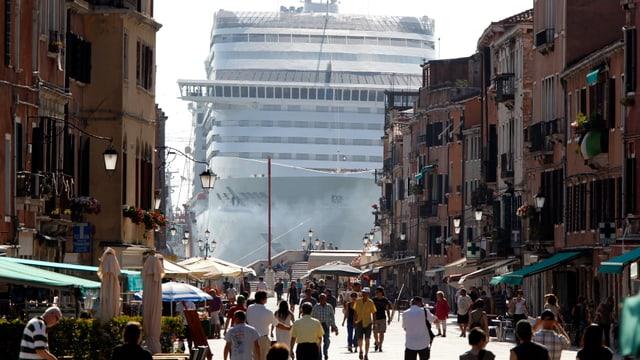 Ein riesiges Kreuzfahrtschiff am Ende einer Gasse in Venedig.