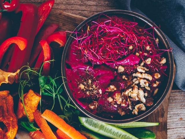 Pinker Dip neben Gemüse