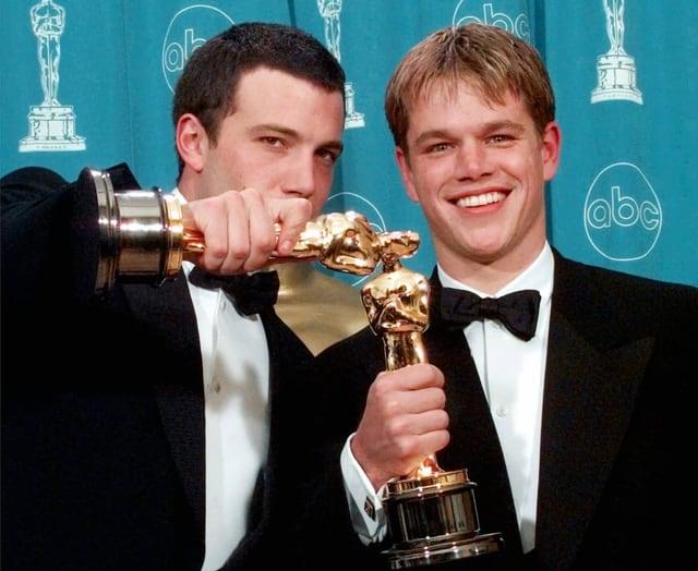 Ben Afflek und Matt Damon halten je einen Oscar in der Hand.