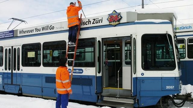 dus umens cun libroc oransch lavuran vid in tram