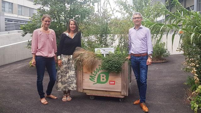 Bettina Walch und Isabella Sedivy übergeben Mission B an Robert Kräuchi.