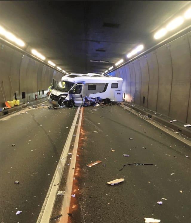 Verunglückter Wohnwagen liegt quer über beide Strassen im Gotthard-Tunnel
