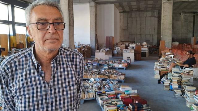 Mann in Bücherladen