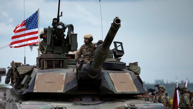 Purtret d'in tanc cun bandiera americana.