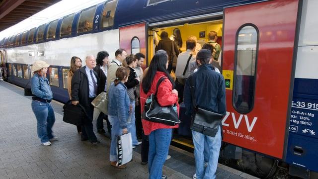 Leute steigen in Zug ein