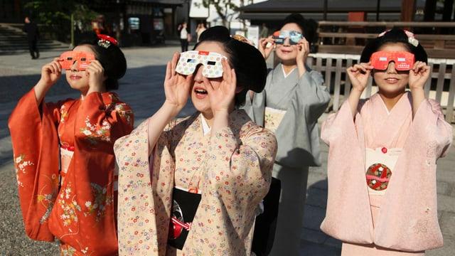 Geishas mit Brillen aus Papier.