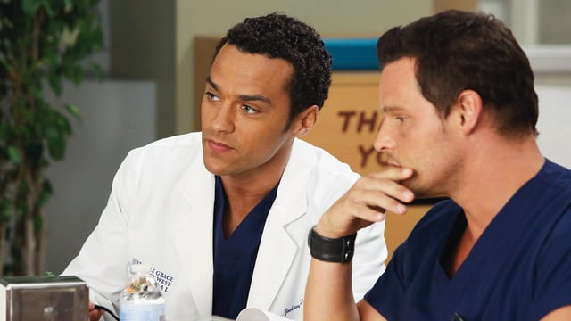 Jesse Williams als Dr. Jackson Avery, Justin Chambers als Dr. Alex Karev.