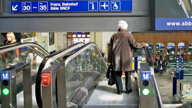 Frau auf Rolltreppe Bahnhof Basel