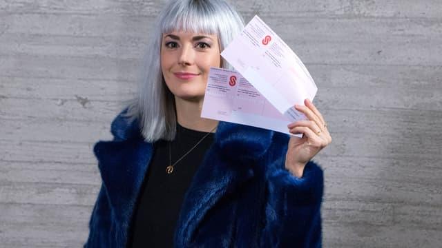 Tina Nägeli mit Einzahlungsscheinen