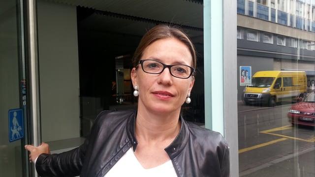 Frau Catherin Nertz-Buxtorf steht in einer Hauseingangstüre